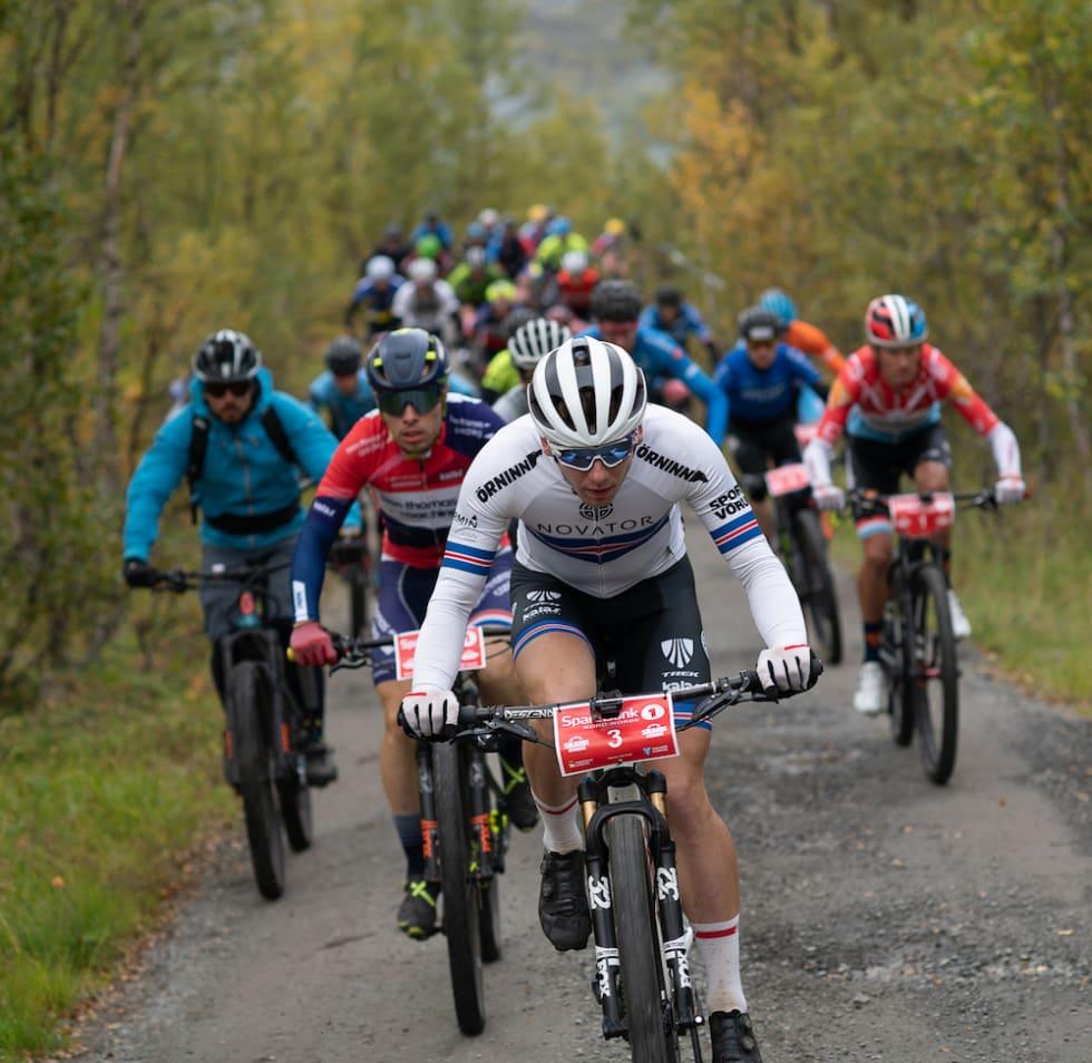 Ingvar Omarsson, islandsk mester i terrengsykling, tar føringen. Foto: Cecilia Emilie Johansen, Frikant/Skaidi Xtreme