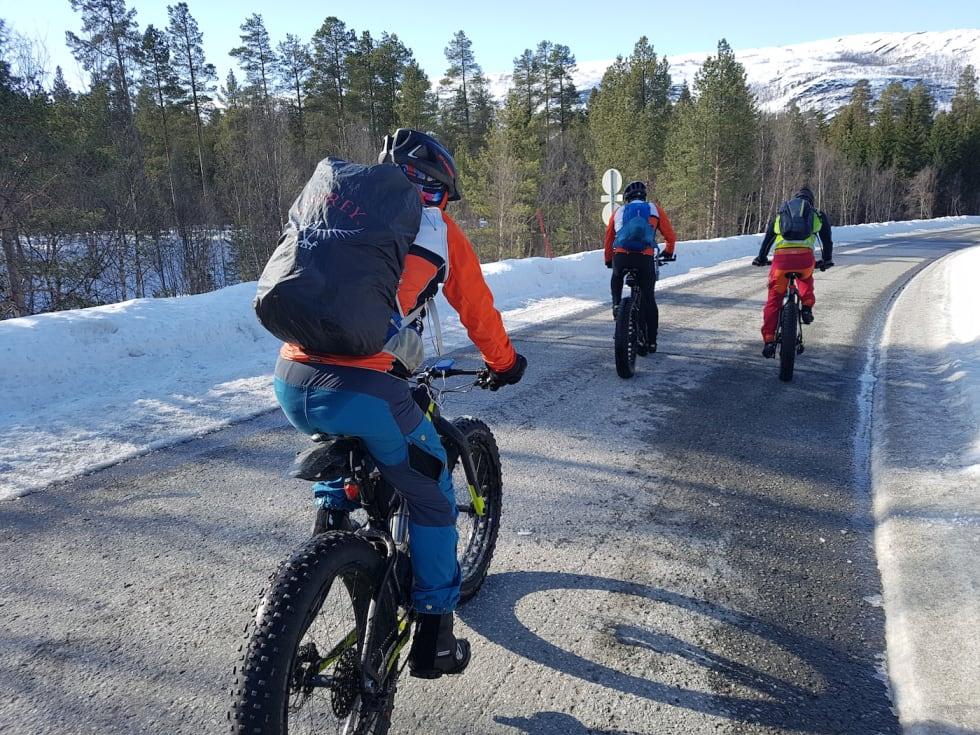 Transportstrekke på asfalt mellom fjellpartier - her noen km mot Gargia - Foto Stig R Nilsen 1400x1050