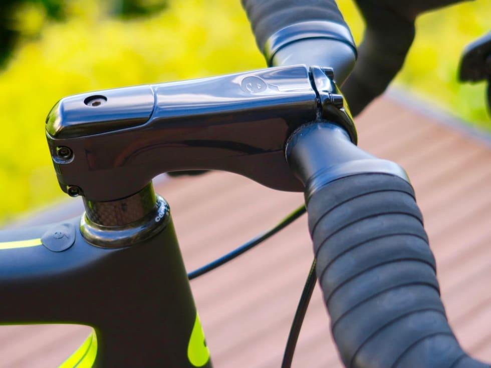 RYDDIG: Med SRAM eTap og kappet kronerør blir styret på R5 en ryddig arbeidsplass.