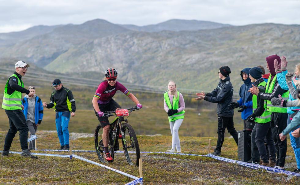 Gunn-Rita Dahle Flesjå heies fram over fjellet. Foto: Cecilia Emilie Johansen, Frikant/Skaidi Xtreme