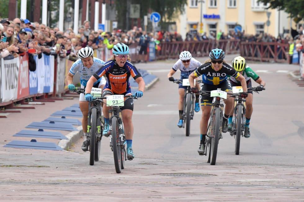 Elisabeth Sveum vant Cykelvasan foran Hildegunn Gjertrud Hopvdenak (til venstre) og Jennie Stenerhaag. Foto: Nisse Schmidt