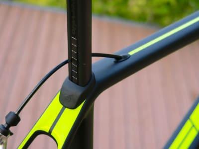 SETEKLEMME: En kile nedi rammen holder setepinnen på plass. En ekstra klemme gjør det lett å finne igjen riktig høyde etter å ha reist med sykkelen.