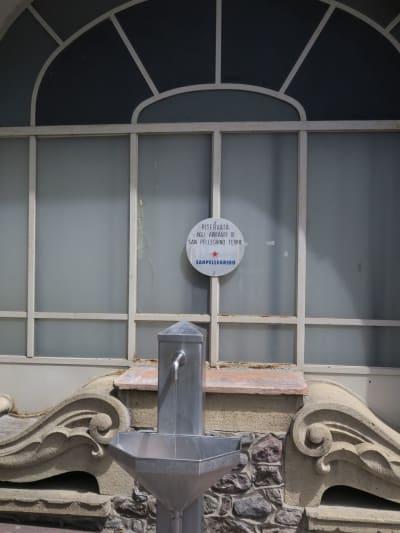PÅFYLL: Luksusvannet spruter rett ut på gaten i San Pellegrino Terme.