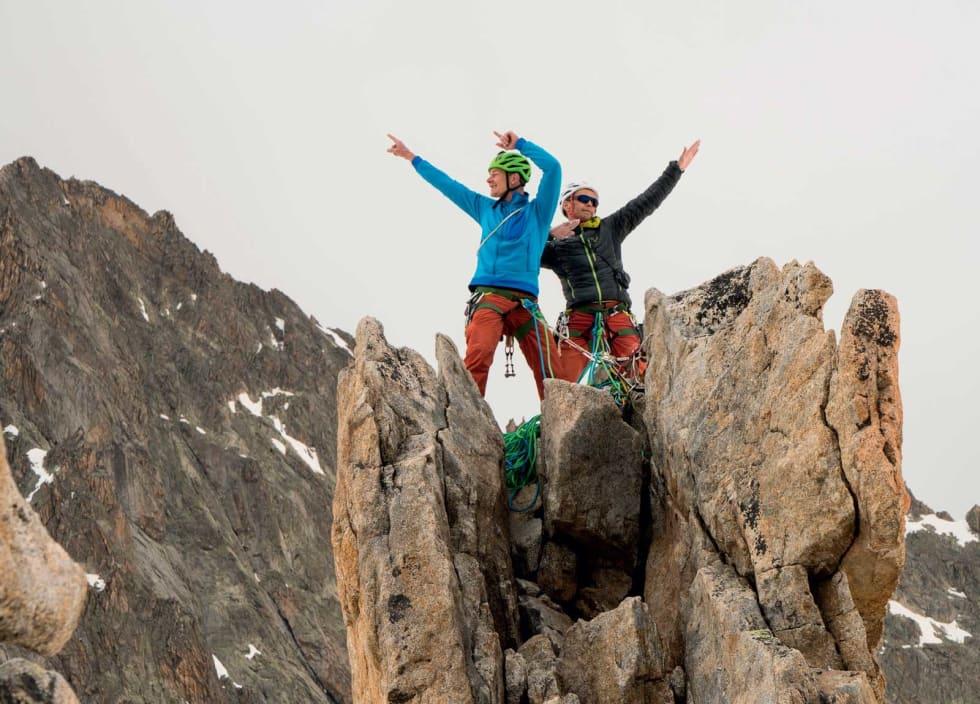 TOPPEN: Klatreglede på 3131! Hal-vor og Jon på toppen like før snøbyger kapslar inn fjellnåla. Foto: Eirik Vaage