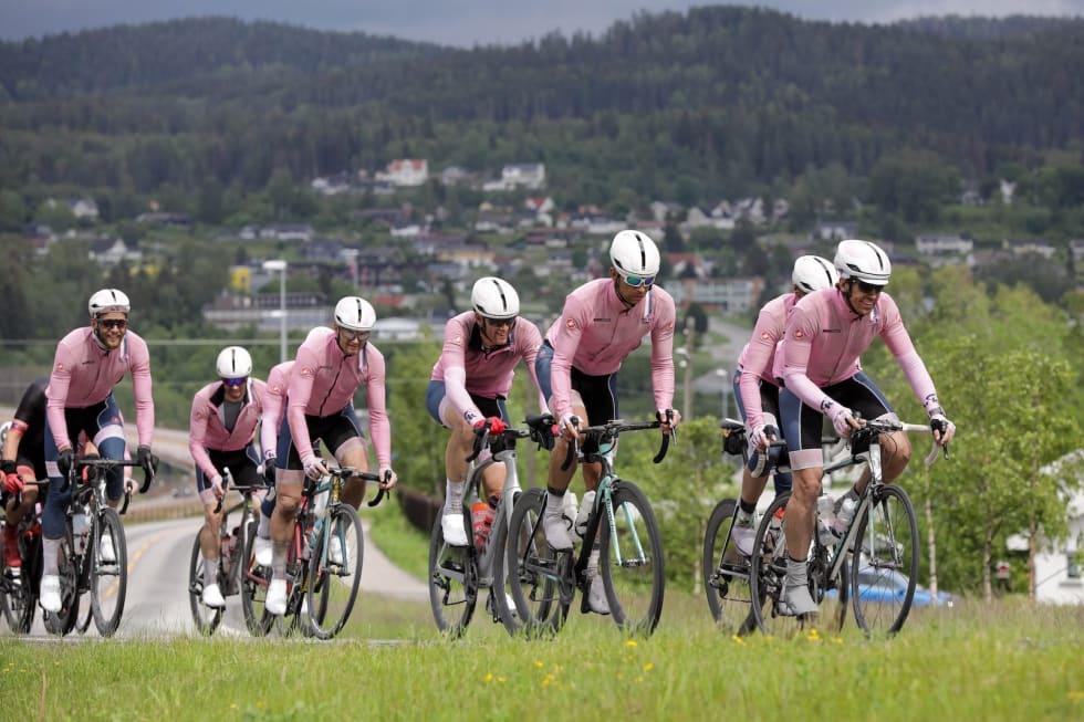 STERKE I ROSA: Holmenkollen CK stilte med den minste troppen av de antatt beste lagene og flere nye ryttere i rulla, men tok likevel  tredjeplassen på Mjøsa Rundt. Foto: Bjørn Hyljanstorp