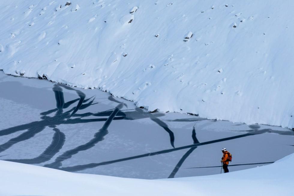 Kalligrafi. Innskrifta i isen tyder truleg «stopp», det er nemleg ikkje ski-terreng mellom Svein-Ivar Moltu og vatnet i dalbotnen.