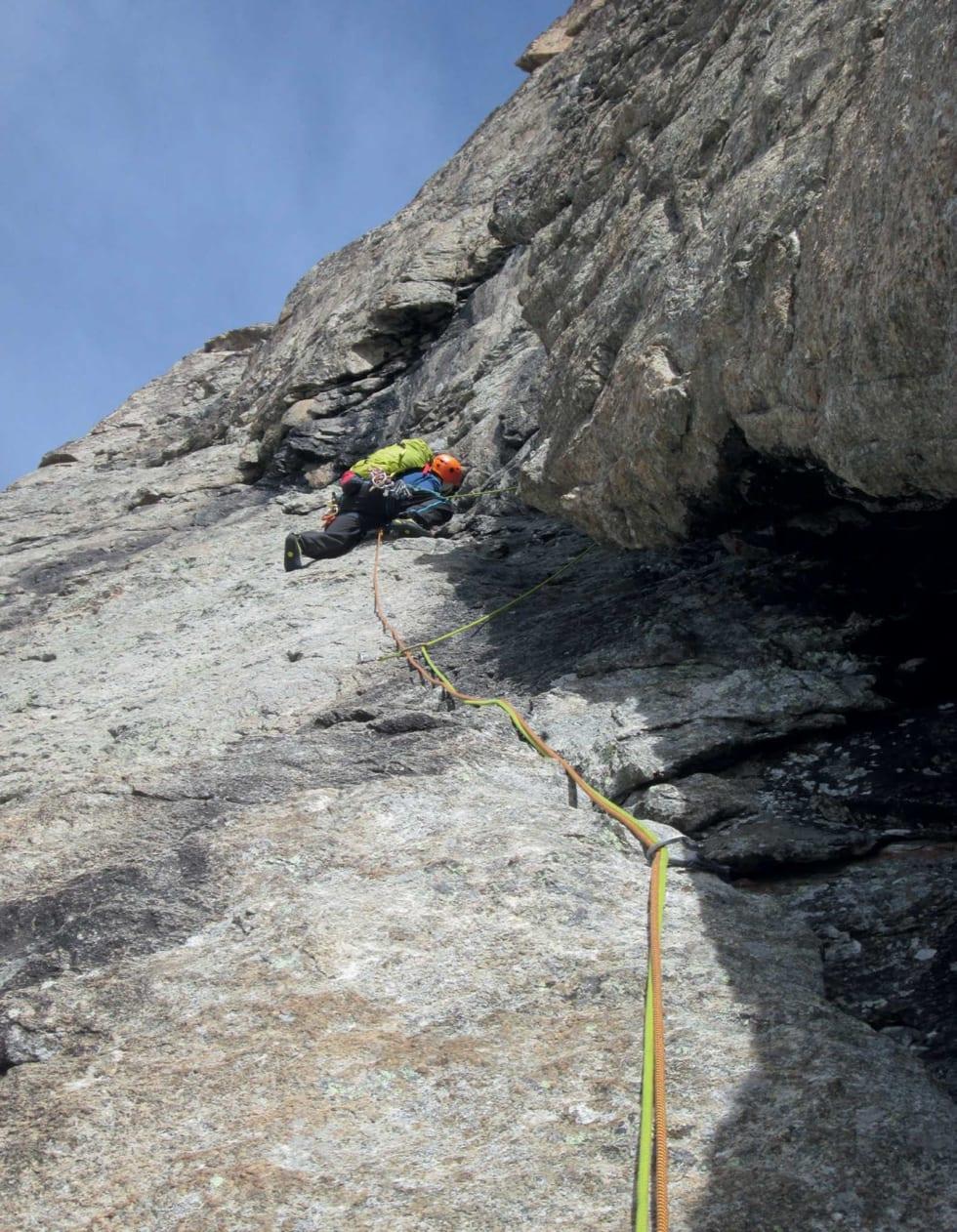GRANITT: Eirik storkoser seg på ei av dei mange 5b taulengdene. Foto: Stig Helset