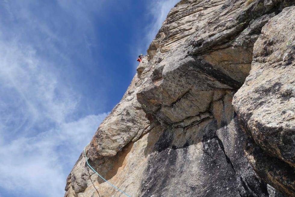 OVERHENG: Delikate flytt rundt overhenget er unnagjort. Halvor på toppen av 6. taulengde på Visite Obligatoire. Foto: Jon Olav Backer Hjorthaug