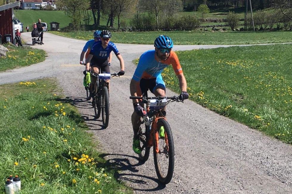 Fredrik Haraldseth syklet feil midt i rittet, og da han kom tilbake i løypa var han igjen bak Vidar Mehl og Lars Granberg, som han hadde en solid luke til før han syklet feil. Foto: Silje Johansson