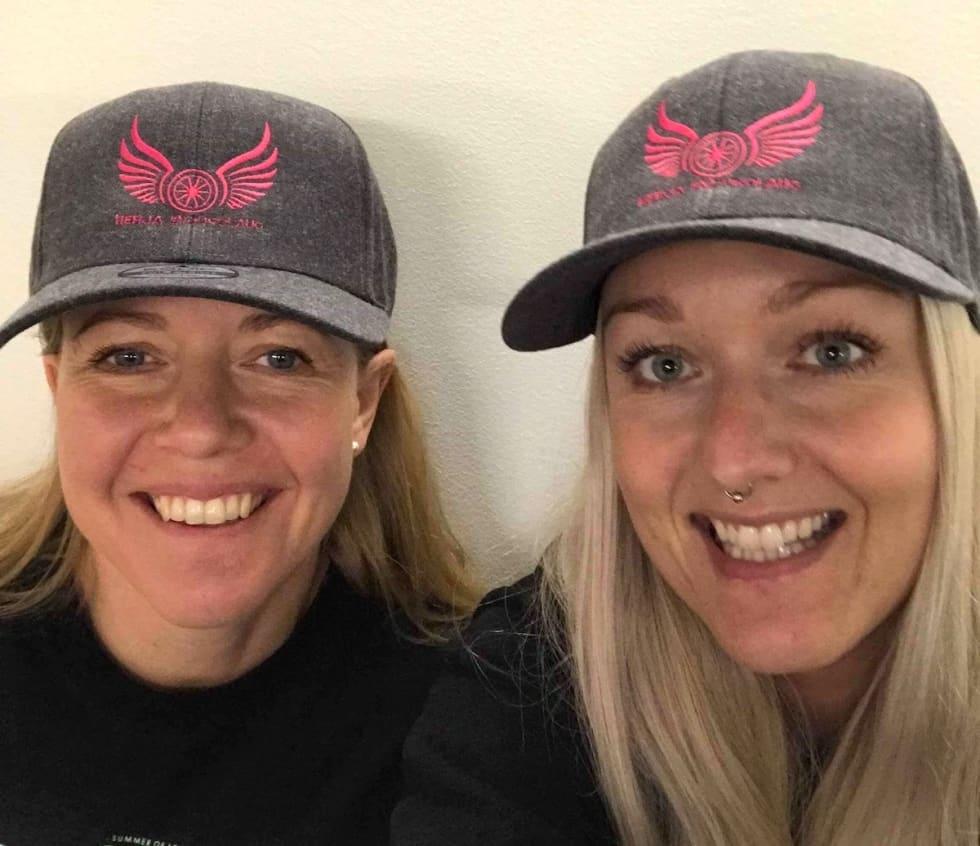 Linda Lønmo og Marna Omre med Herja Endurlaugs nye capser. Foto: Privat