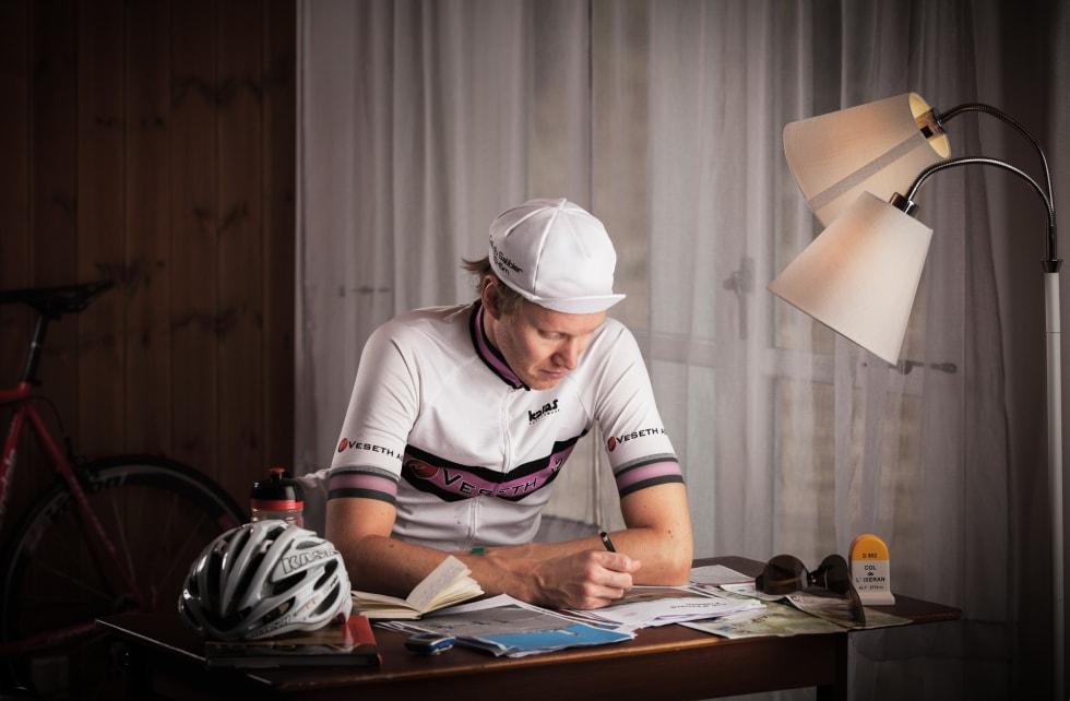 PÅ PLASS: Forfatter Geir stian Ulstein er på plass og signerer bøker. Velkommen! Foto: Tor Simen Ulstein.