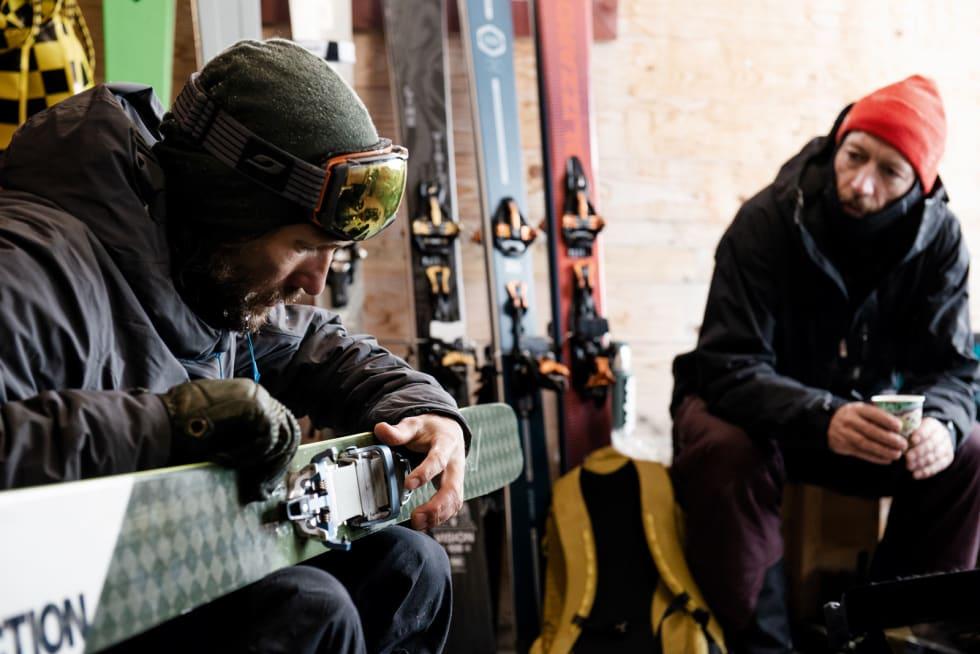 DISKUSJON: Industridesigner og skitestguru Endre Hals og redaktøren diskuterer Lynx' fordeler og ulemper under ei pause på Juvass.
