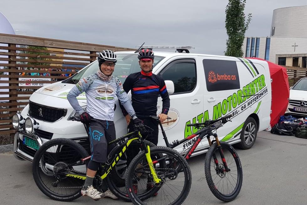 Daniel Leirbakken (til venstre) og Steffan Repshus før start på OF300. Foto: Privat