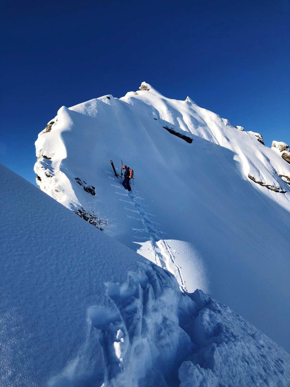 TUNGT: Å brøyte veg i bratt og eksponert lende i en meter, bunnløs snø er både tungt og skummelt – men du verden for en nedtur som venter. Her er Trond like under toppen. Bilde: Petter Jenset