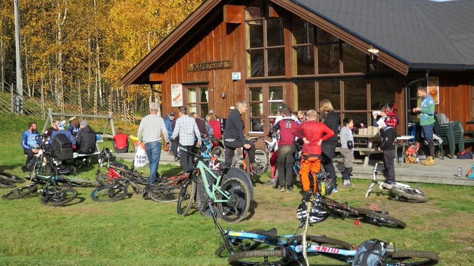 I fjor kom det over 100 syklister til premiereutgaven av Camp Kjerringåsen. I år blir det ny runde med enda flere aktiviteter og arrangementer. Foto: Annika Eriksmoen