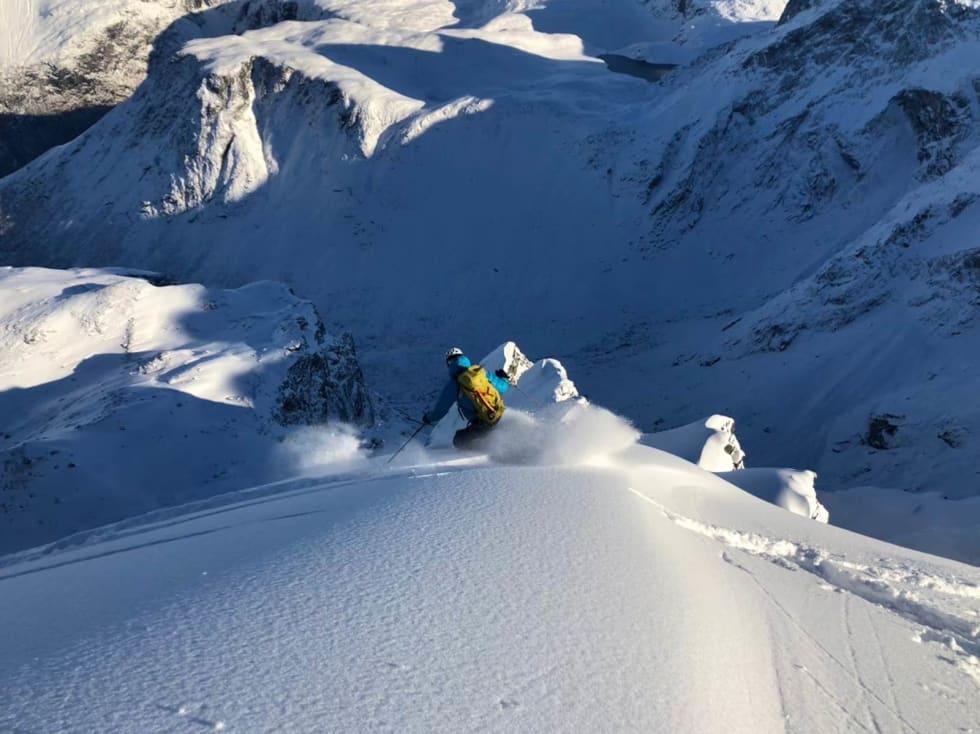 PUDDER: Petter setter fine svinger i dyp snø ned mot Kvanndalen. Bilde: Trond Stokke