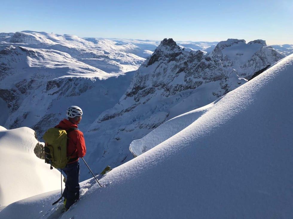 RÅTT OMRÅDE: Petter nyter mektig utsikt mot Kvanndalstinden fra like ved galleriene rett under toppen på Store Venjetind. Bilde: Trond Stokke