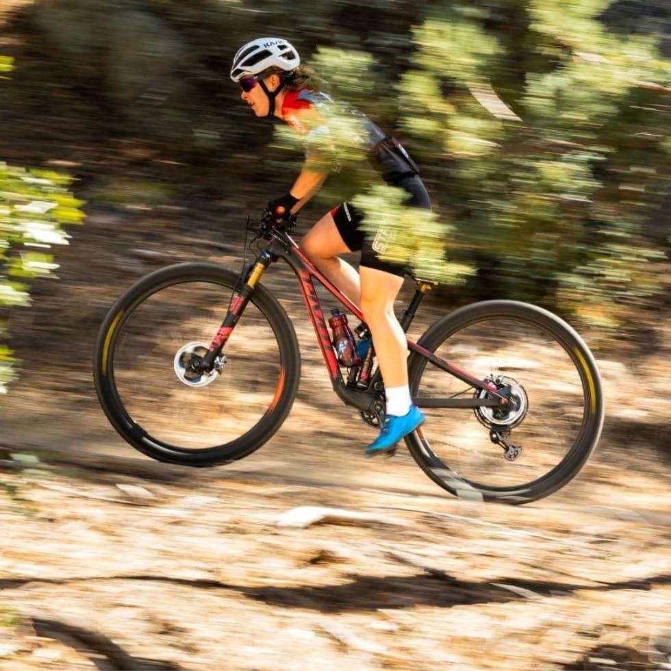 VERDENSCUPVINNER: Amerikanske Chloe Woodruff vant kortbanerittet i Nove Mesto i Tsjekkia på den helt nye sykkelen.