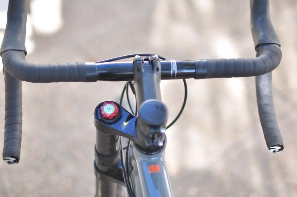 PLASS I STYRET: Cannondale har utstyrt Slate med et bredt og dypt bukkestyre. Det funker fint både i terrenget og på veien.