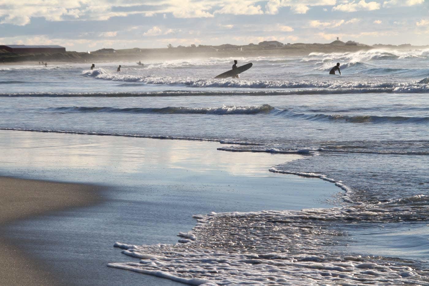 JÆREN: Jæren byr på bølger til alle nivåer og aldersgrupper surfere. Foto: Audun Holmøy Røhrt