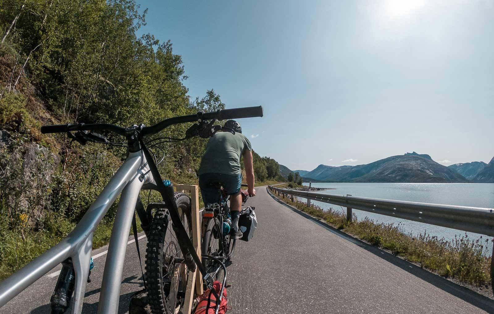 TEORI I PRAKSIS: Etter prøving og feiling, blir sykkel på slep mulig.
