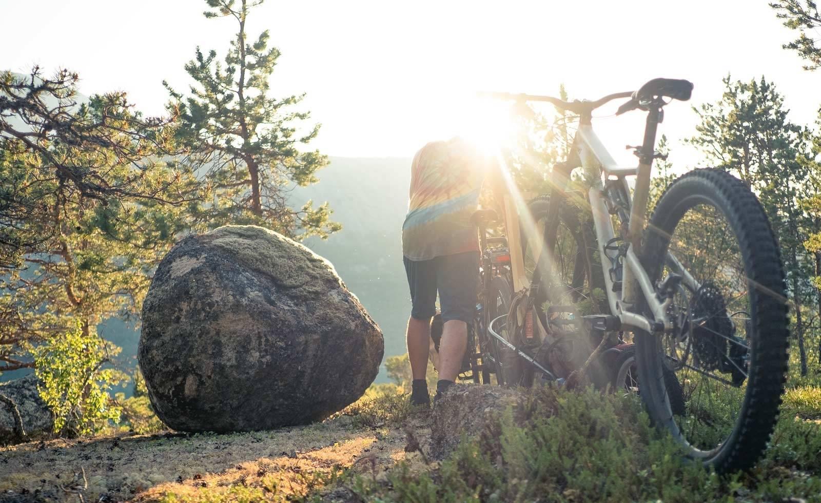 MORGENLYS: Artikkelforfatteren bryter opp camp og retter sykkelen mot dagens turmål.