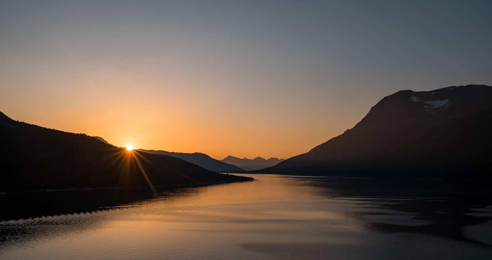LOVNAD OM NOE GODT: Sola viser seg så vidt over Skjomen.