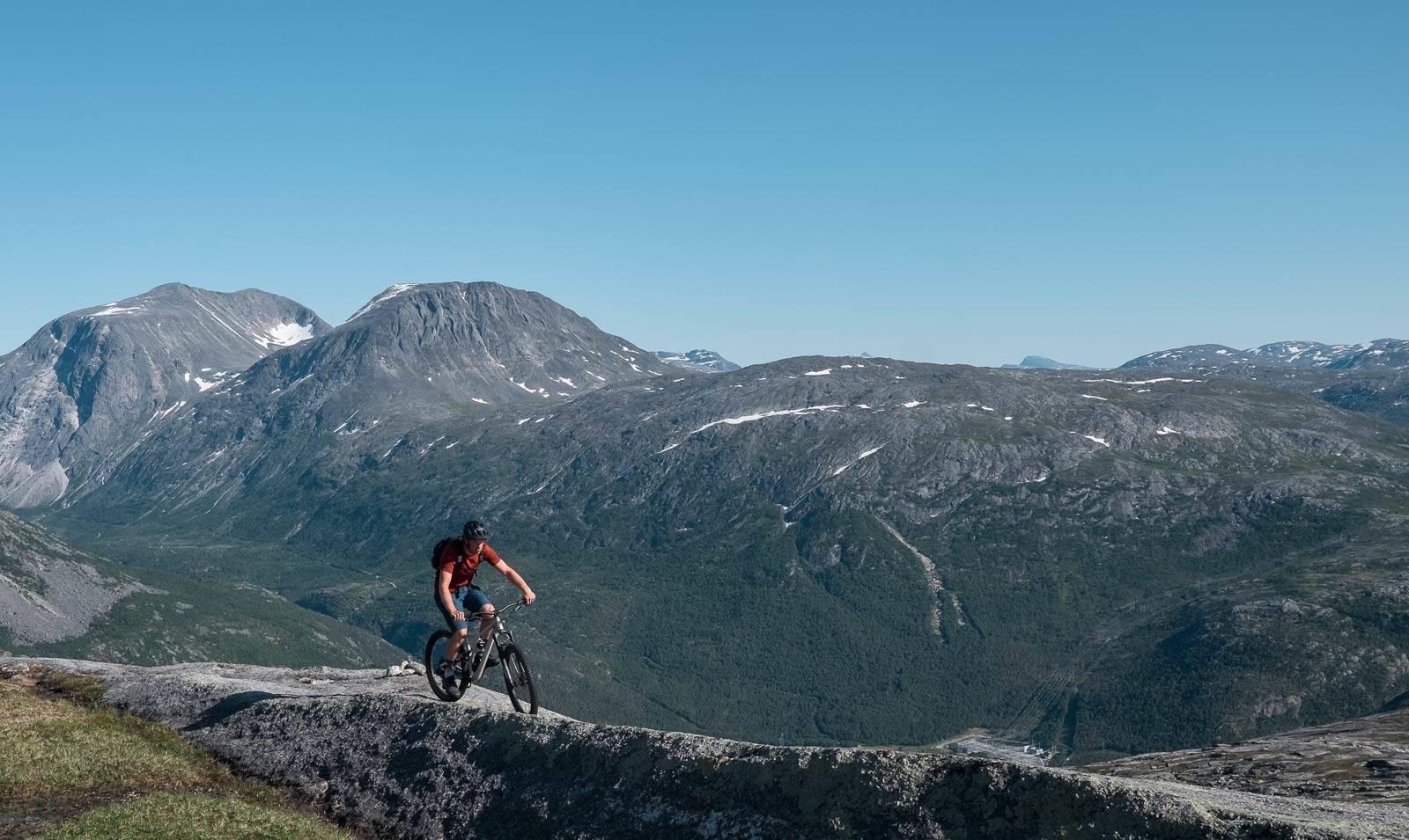 FØLG RYGG: Andreas Køhn tar seg over svaberg med store fjell på alle kanter.