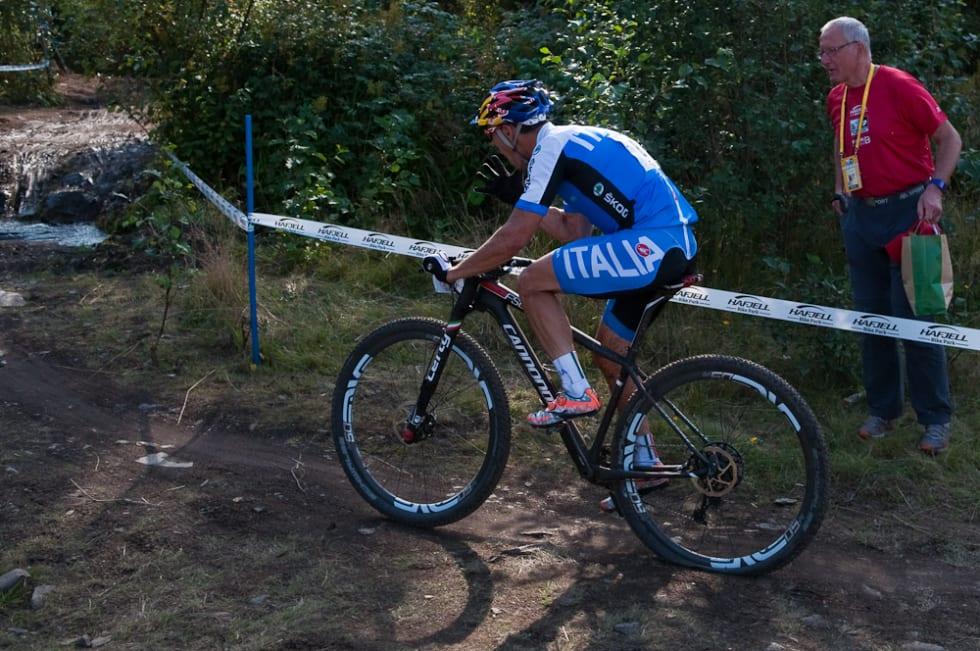 PUNKTERT: Marco Fontana fryktet at bronsen røyk da han punkterte på slutten av nest siste runde. Han holdt likevel unna mot Moritz Milatz på slutten. Foto: Øyvind Aas