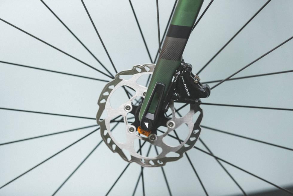 UTEN VERKTØY: Canyon har som eneste sykkel i testen spaker på hjulakslingene. Gull verdt når du må ha av hjulene, men har glemt unbrakonøkler.
