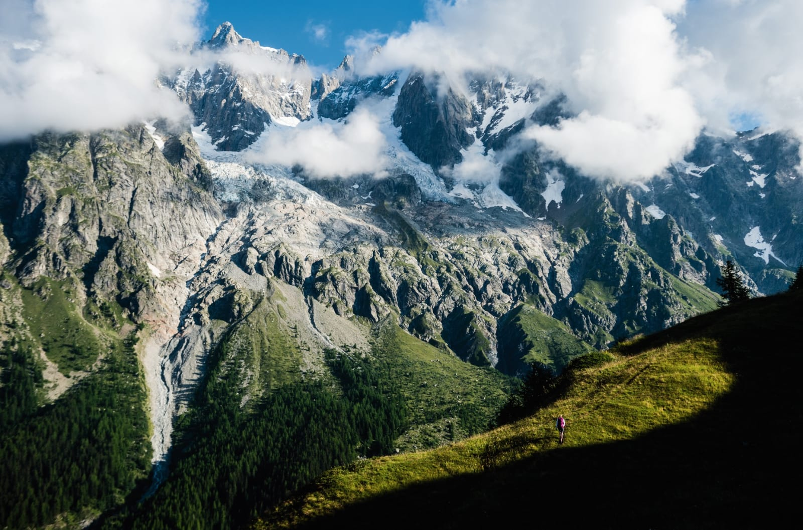 FINE FORHOLD: Elle Cochrane vandrer på Tour du Mont Blanc i Val Ferret. Den vakre dalveien Val Ferret ligger bare noen kilometer fra Courmayeur i italienske Aostadalen og gir enkel tilgang til fantastiske vandringer med utsikt over Mont Blanc-massivet.