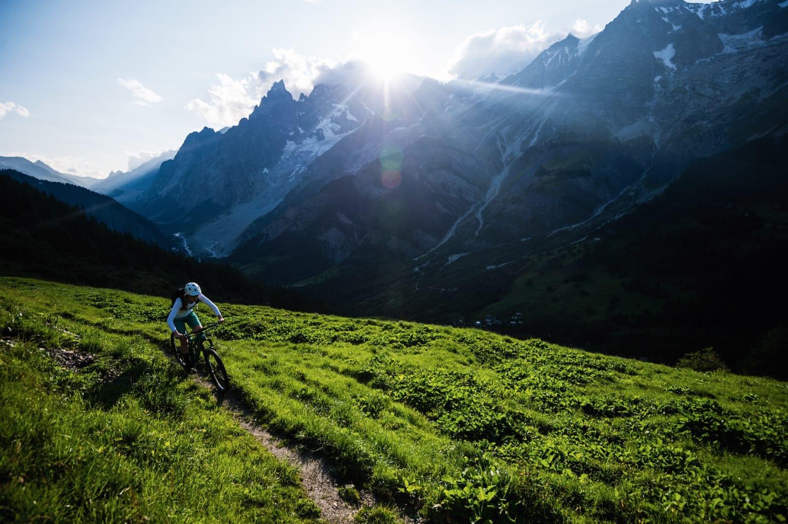 SYKKEL: Stisykling nedover Tour du Mont Blanc i Val Ferret. Solen holder på å gå ned bak Mont Blanc.