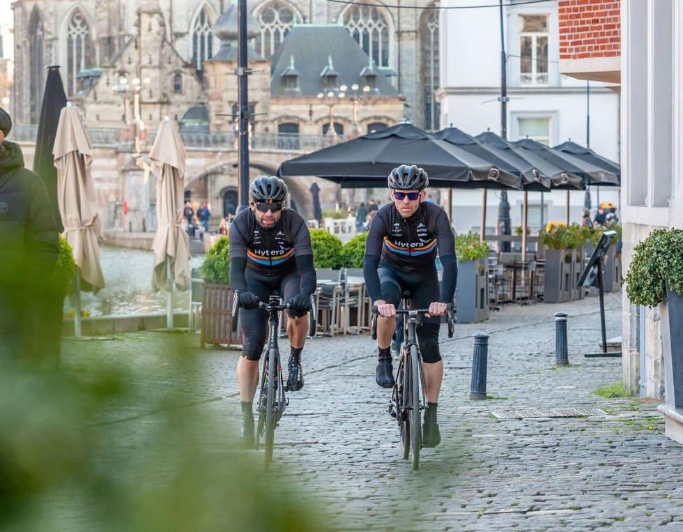 FELLESSKAP: Fred Voldset (til høyre) med Frode Rød i Ghent under klubbens årlige fellestur og dannelsesreise til brosteinens hjemland og sykkelkulturens vugge, Belgia. Foto: Tage Solberg