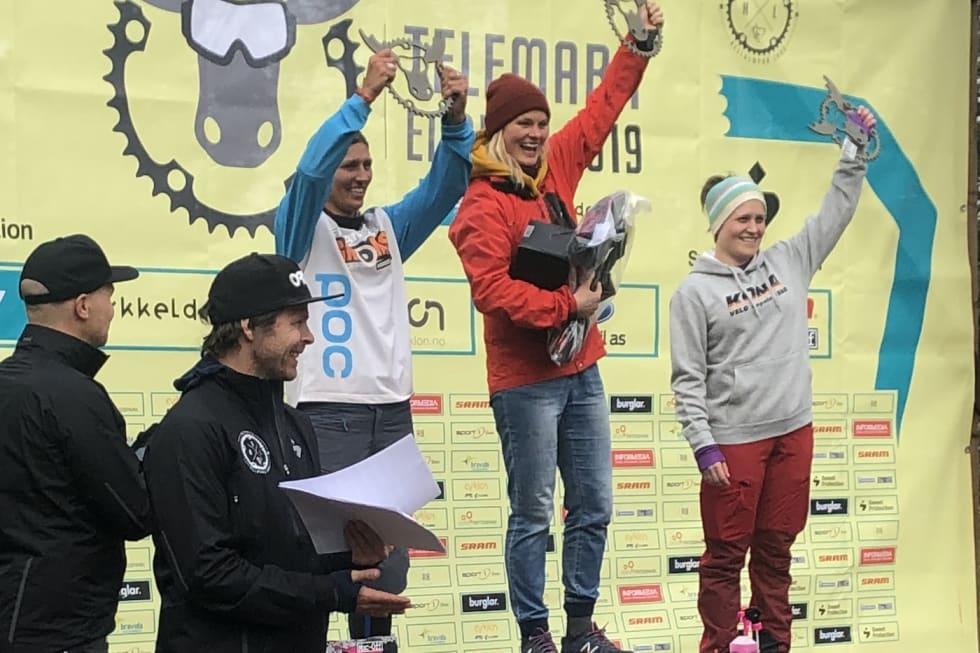 Pallen i dameklassen med Hilde Sangesland Strædet på toppen, Lene Snerk Pedersen på andreplass og Vera Leivsdottir på tredjeplass. Foto: Anette Røssum Bastnes