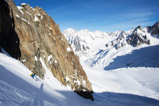 PUDDER: Trygve setter en fin sving i fin urørt snø til siden for alle sporene på Vallee Blanche – som blir oppkjørt temmelig fort. Til høyre ses store deler av oppstigningen vil skulle bryte oss på et times tid senere, og bak fjellene til høyre i bildet ligger Leschaux-breen som vi kjørte ned. Her ble det for øvrig litt spennende da en av gutta gikk på trynet i det vi trodde var eksponert terreng, men som heldigvis ikke var så farlig.