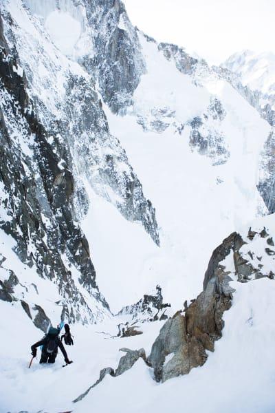 NÆR TOPPEN: Adam Clark nærmer seg toppen av renna og Brèche Puiseux. Like til høyre for meg (altså fotografen) ligger den tipi-forma plankehytta Periades i mildt sagt spektakulære omgivelser. Bak ryggen min er en rappell på omtrent 40 meter ned til Leschaux-breen, som var turens mål.