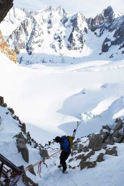 PÅ DEN ANDRE SIDEN: Trygve rappellerer ned på motsatt side av renna vi gikk opp. Breen i bakgrunnen skulle like etter servere oss over 1 500 høydemeter med fantastiske skiforhold.