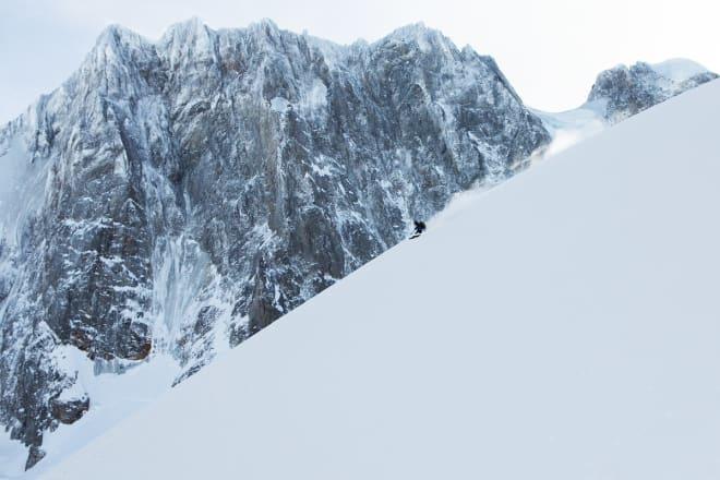STORT: Nordveggen på Grandes Jorasses i all sin prakt i bakgrunnen. Dette er en av Alpenes mest myteomspunnede nordvegger, og en av de tre store sammen med Matterhorn og Eiger. Her er voldsomme klatreprestasjoner nærmest dagligdags. Selve toppen ble førstebesteget i 1865, og den 1200 meter høye nordveggen ble klatret første gang i 1938. Åtti år senere - i januar 2018 - gjorde Trygve denne fine svingen foran veggen. Merk for øvrig at det grå is- og snøfeltet til venstre i veggen har blitt kjørt på ski (!).