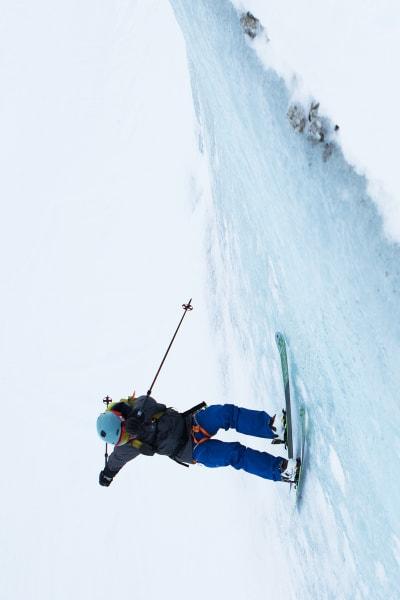 LEKENT: Det er ikke ofte du ser tindevegledere med klatresele og toppturski gjøre wallrides, men her er altså det. Stian Hagen tar the new school to the alpine og setter en temmelig fet wallride på en isvegg nederst på Vallee Blanche.