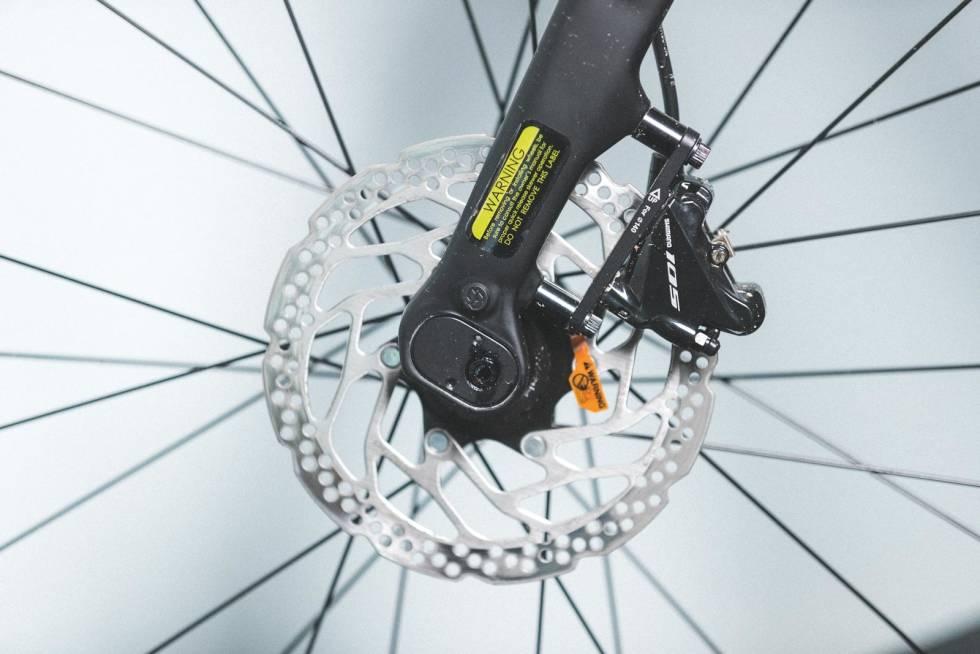 JUSTERBAR: Forhjulsfestet på GT Grade kan flyttes på. Bakre posisjon gir stødige egenskaper. Den fremre posis-jonen letter styringen med tung last på gaffelen.