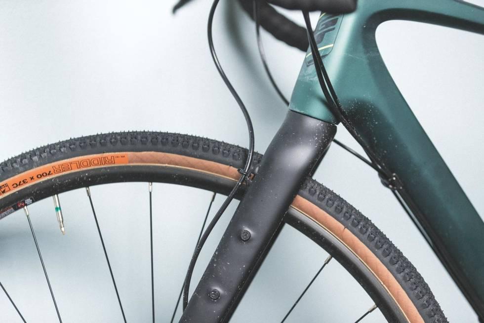 LITT ROTETE: GT Grade er den eneste sykkelen i testen med utenpåliggende slangeføring både på gaffel og ram-me. Det er lett å mekke på, men ser litt uryddig ut.