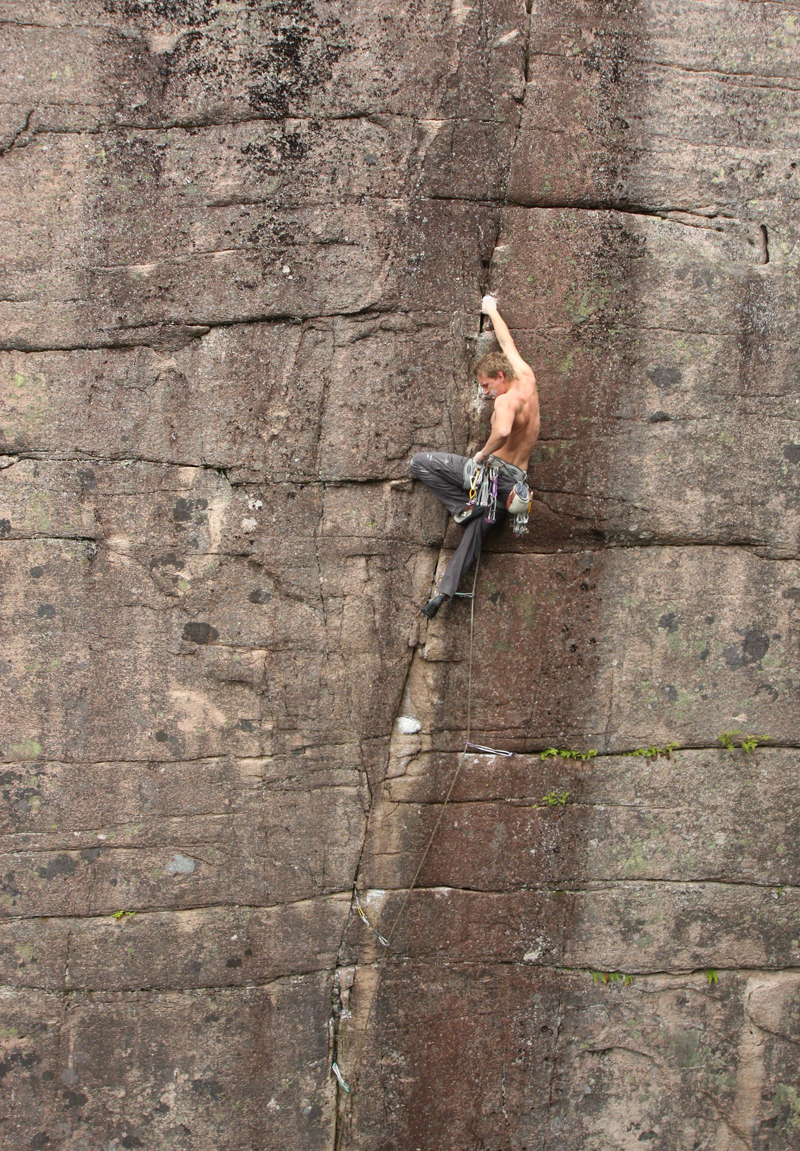 EN HARDING: Kontoristen (7+) formelig ber om å bli klatret! Klatrer: Øystein K. Johnsen. Foto: Dag Hagen