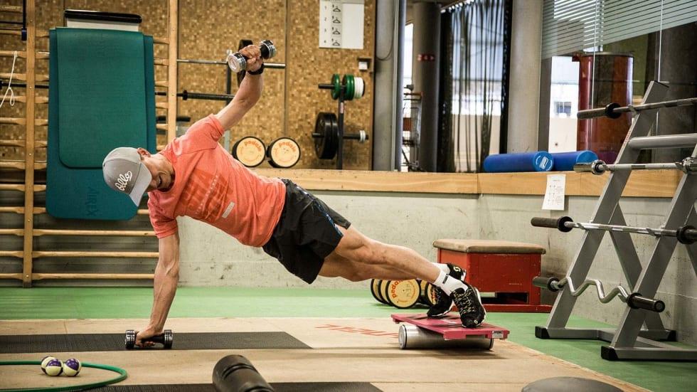 EKSTRA VANSKELIG: Flere av øvelsene kan gjøres enklere ved å droppe balansepute under beina og ved å gjøre bevegelsene uten vekter. Begynn enkelt slik at du mestrer øvelsene. Begge foto: Scott