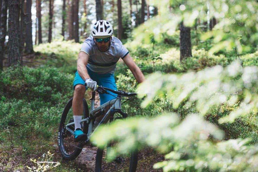 PÅ EGGESKALL: Diamant-sykkelen må kjøres lett og smidig i steinete terreng for å unngå punkteringer. Heldigvis er sykkelen lettsyklet og smidig i seg selv. Kristoffer H. Kippernes henter seg inn.
