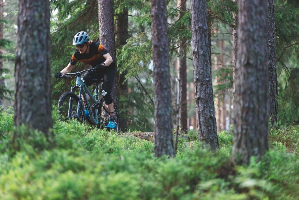 BRA OPPHENG: Bakhjulet på Gekko-sykkelen følger underlaget fint. Gaffelen henger dessverre ikke med på notene.