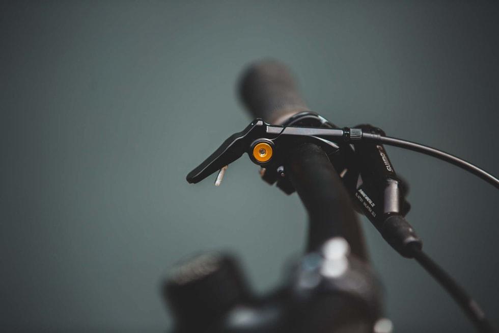 UTSTÅENDE: Senkepinnebryteren på Gekko-sykkelen står i en posisjon der den er vanskelig å nå med tommelen, men gjerne stikker deg i låret.