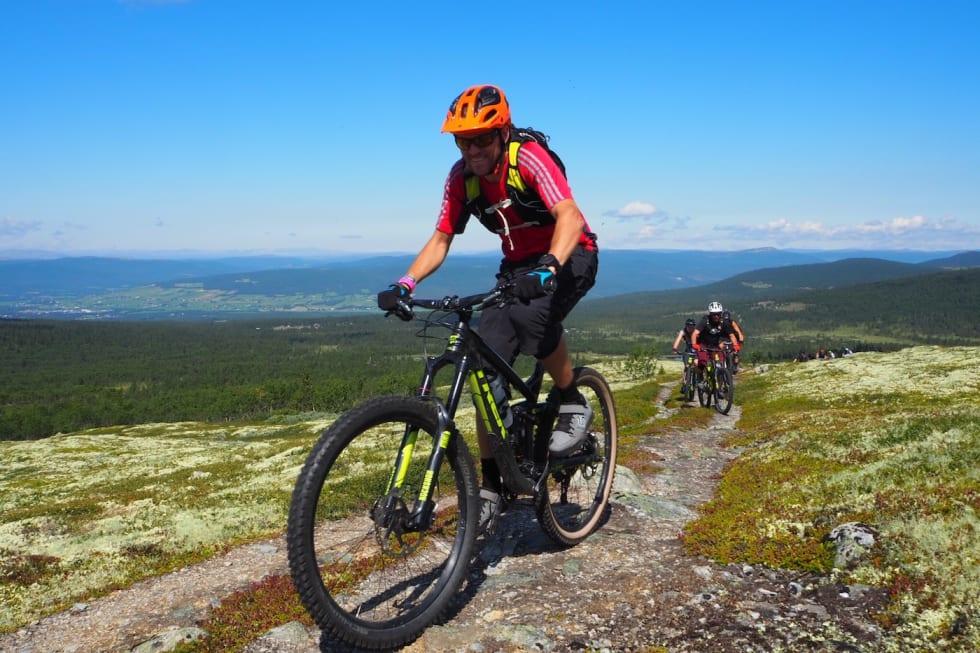 Ole Martin Rekdal mot Lauvåskletten - Foto Urørt Ski- og sykkeleventyr 1400x933