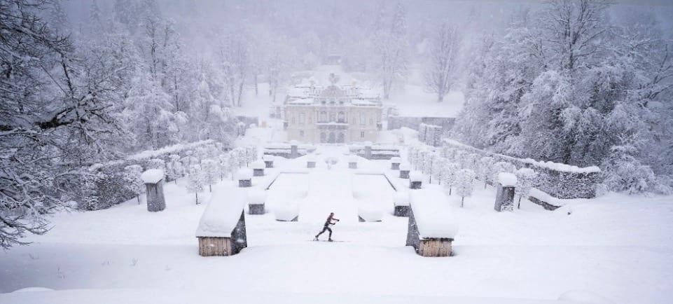 KÖNIG LUDVIG: Rennet er oppkalt etter den eksentriske Kong Ludwig II, også kalt eventyrkongen, ettersom han fikk bygget Disney-aktige slott, fikk anlagt tyrkisk salong i fjellene og ble av mange ansett som ravende gal. Rennet har målgang i Oberammergau. Foto: Arrangør