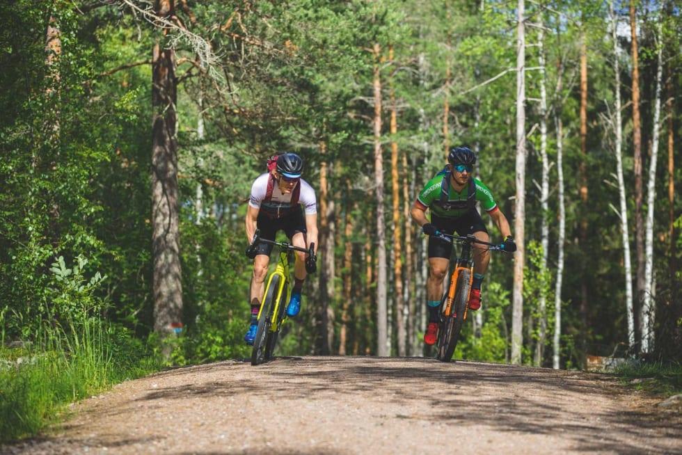 UTENFOR KONKURRANSE: Syklister med bukkestyre og syklister med smalt styre konkurrerer ikke side om side i Birken. Men vil du fortest mulig over fjellet er det bukkestyre som gjelder. Øyvind Aas og Knut Harald Smette er her i vennskapelig kappestrid.