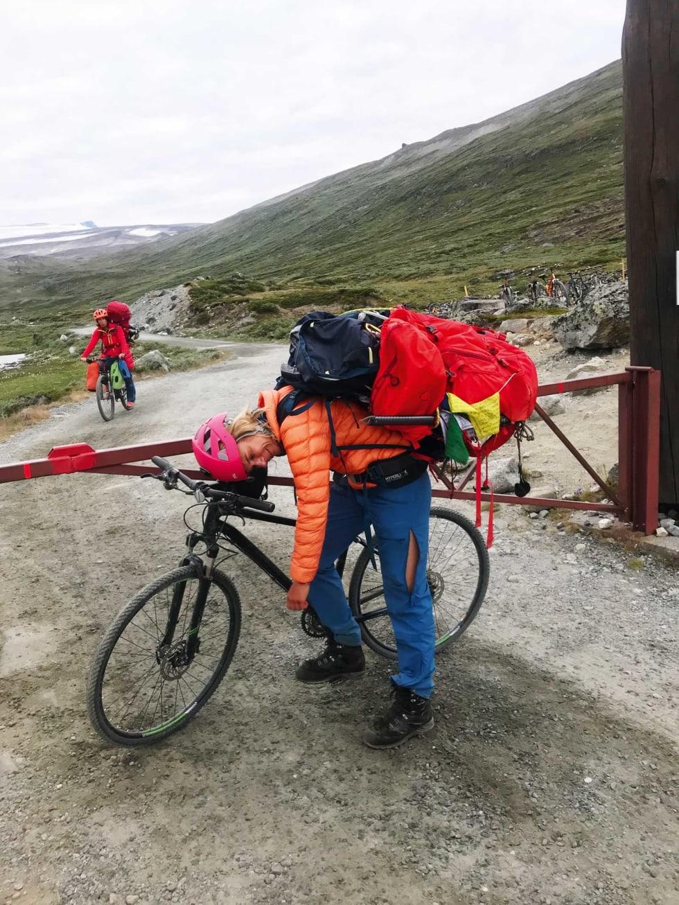 Logistikk og utstyr: Artikkelforfatter Elisa kollapser foran sykkelen etter 14 timers herlig aktivitet.
